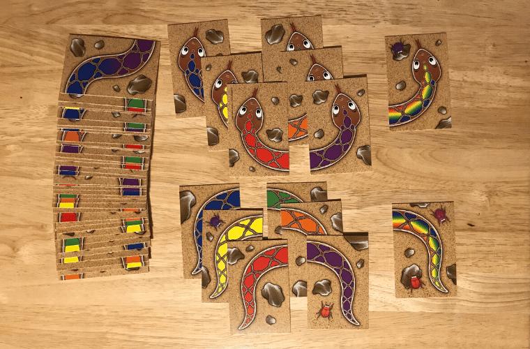 【3歳〜】虹色のヘビのレビュー。1番長いヘビを作れるのは誰だ!?【カードゲーム】